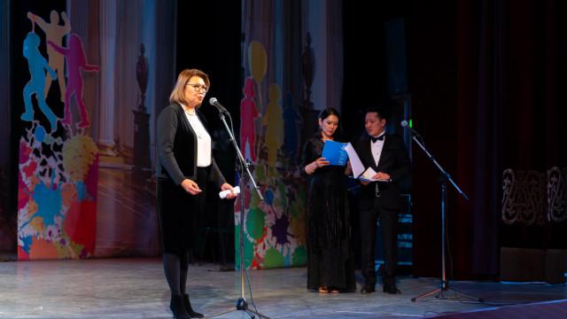 Вице-премьер-министр Алтынай Өмүрбекова: Балдар, дайыма кыялдангыла, аны кимдир бирөөнүн уурдаганына жол бербегиле, баары силердин колуңарда