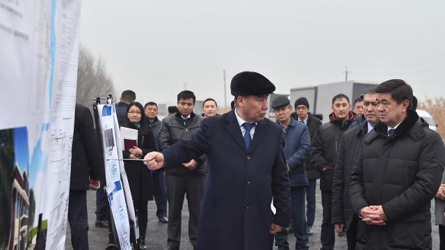 Премьер-министр Мухаммедкалый Абылгазиев кыргыз-казак чек ара тилкесинде товарларды каттоо жайынын курулушу менен таанышты