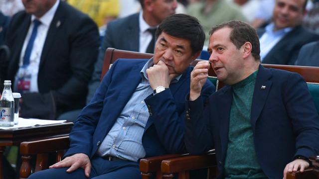 Кыргыз Республикасынын Премьер-министри Мухаммедкалый Абылгазиев Россия Федерациясынын Коопсуздук кеңешинин Төрагасынын орун басары Дмитрий Медведев менен телефон аркылуу сүйлөштү