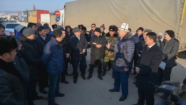 Вице-премьер-министрлер Жеңиш Разаков жана Замирбек Аскаров мамлекеттик чек аранын кыргыз-казак тилкесиндеги кырдаал менен таанышты