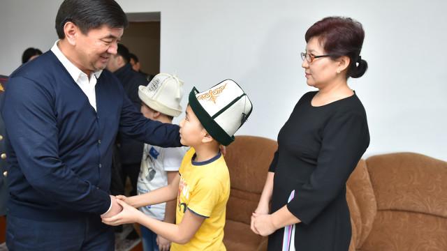 Премьер-министр Мухаммедкалый Абылгазиев кызматтык милдетин аткарып жатып каза болгон милиция кызматкерлеринин үй-бүлөлөрүнө барды