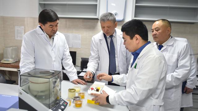 Премьер-министр Мухаммедкалый Абылгазиев: Лабораторияларды өркүндөтүү менен биз продукциялардын сапатын гана жогорулатпастан, аларды тоскоолдуксуз экспорттоону да камсыздай алдык