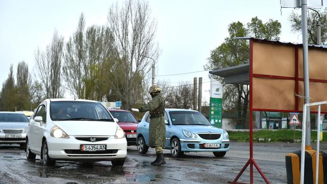 Премьер-министр Мухаммедкалый Абылгазиев: Көзөмөл-санитардык пункттар өз ишин так аткарып - карантин аймагына карапайым жарандардын себепсиз өтүшүнө жол бербөөгө, ишкерлердин жана медиктердин