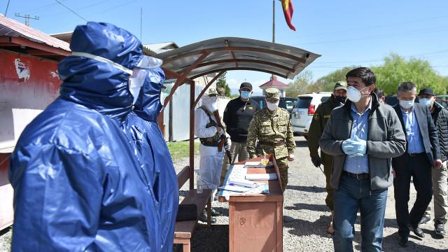 Премьер-министр Мухаммедкалый Абылгазиев проверил работу санитарно-карантинных постов в Джалал-Абадской области