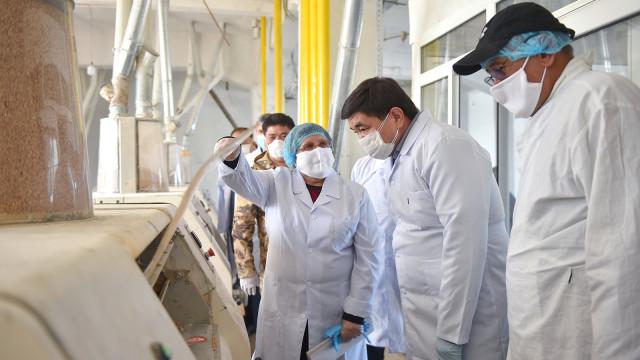 Премьер-министр Мухаммедкалый Абылгазиев посетил склады материальных резервов в Ошской области
