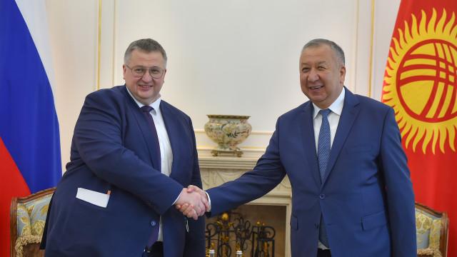 Премьер-министр Кубатбек Боронов провел встречу с заместителем Председателя Правительства России Алексеем Оверчуком