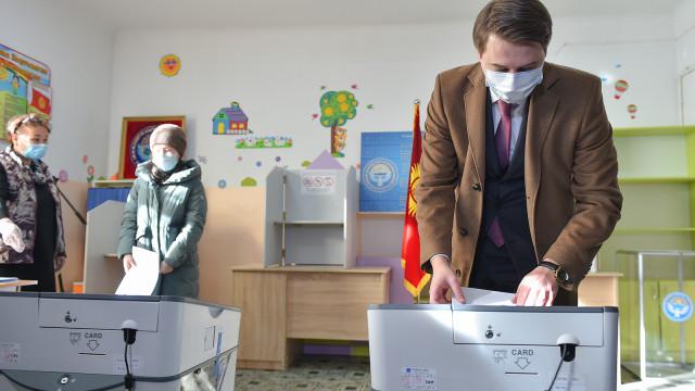 Премьер-министрдин м.а. Артем Новиков мөөнөтүнөн мурда Президенттик шайлоодо жана референдумда добуш берди