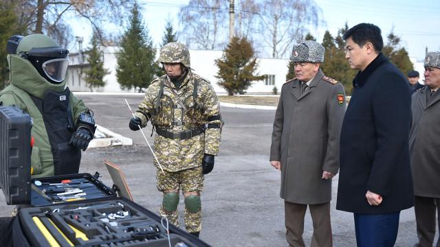 Премьер-министр Улукбек Марипов № 73809 аскер бөлүгүнө барды