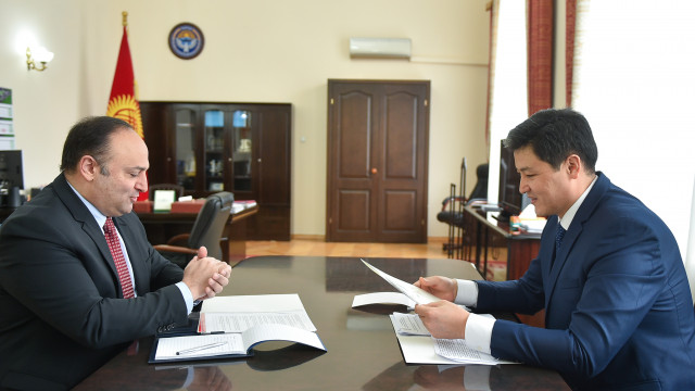 Премьер-министр Улукбек Марипов Түркия Республикасынын Элчиси Женгиз Фыратты кабыл алды