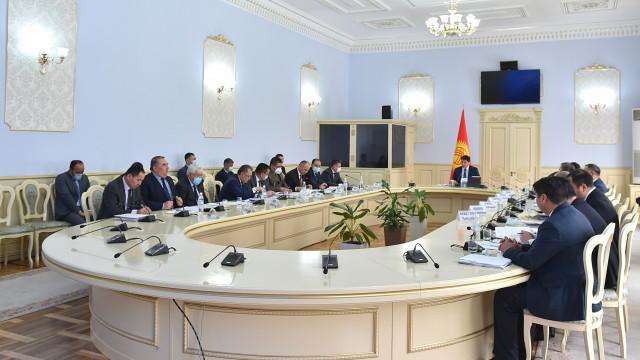 Премьер-министр Улукбек Марипов: Чек ара аймагында жашаган ар бир жаран мамлекеттин жардамын жана колдоосун сезиши керек