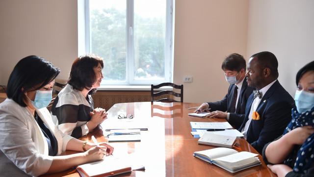 Министрлер Кабинетинин Төрагасынын орун басары Жылдыз Бакашова Кыргыз Республикасындагы БУУ тутумунун туруктуу координатору Озонниа Ожиело менен жолугушту