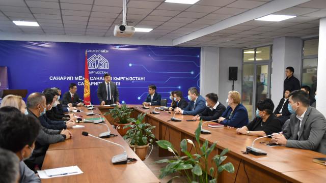Министрлер Кабинетинин Төрагасы Акылбек Жапаров санариптик өнүктүрүү министринин м.а. тааныштырды